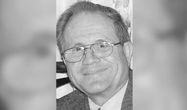 schwarzweiß-Foto: älterer Mann mit Brille
