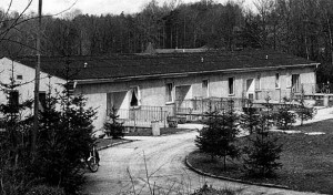 Blick auf ein Haus mit vier Wohnungseingängen