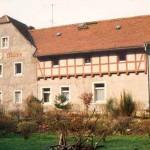 """Blick auf ein altes Gebäude mit der Textaufschrift """"Tobiasmühle"""""""