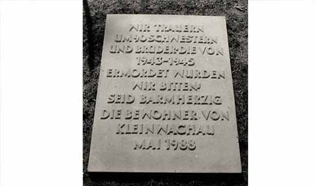 Ein Gedenkstein, auf dem steht: Wir trauern um 90 Schwestern und Brüder, die von 1943-1945 ermodert wurden. Wir bitten: seid barmherzig. Die Bewohner von Kleinwachau, Mai 1988