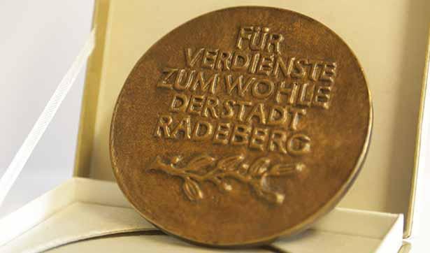 Rückseite der bronzenen Plakette mit der Aufschrift: Für Verdienste zum Wohle der Stadt Radeberg