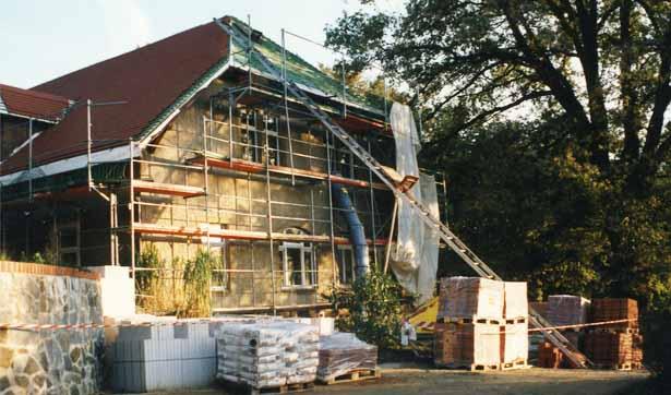 Blick auf das eingerüstete Talhaus mit neuen Dachziegeln