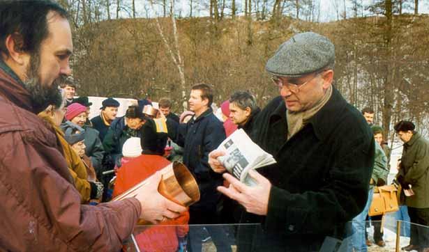 Der Geschäftsführer legt eine Zeitung in die Schatulle des Grundsteins, der Wohnbereichsleiter hält diese Schatulle