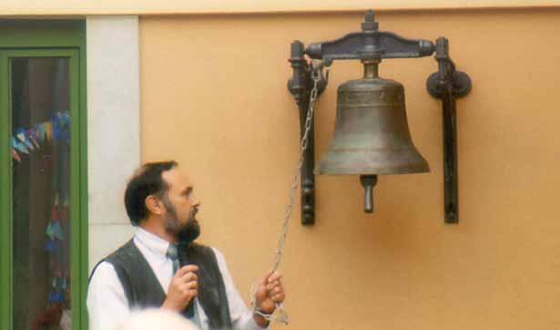 Volkmar Barthel, der Wohnbereichsleiter, läutet die alte Glocke, die wieder einen Platz gefunden hat