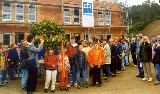 Richtfest Förderschule, die Schüler stehen vor der Richtkrone