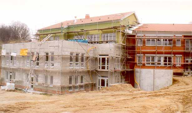 Rückseite der Baustelle, die ersten Fassaden sind schon grün und organge gestrichen