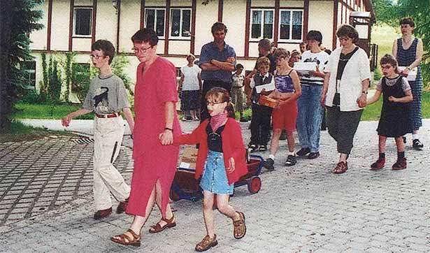 eine Gruppe von Schülern mit Lehrerinnen, sie ziehen einen Bollerwagen
