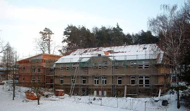 Bauarbeiten am Waldhaus, Blick auf die eingerüsteten Häuser und den neuen Anbau