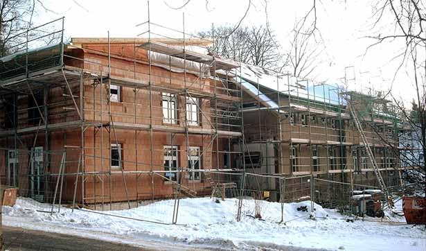 Baustelle Waldhaus, Blick auf den neuen Anbau, die Fassade ist noch unverputzt