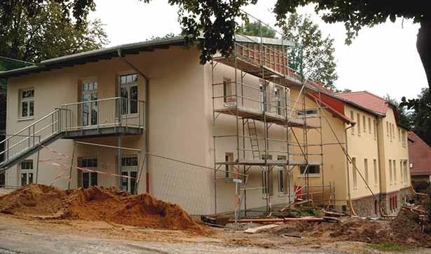 Bauarbeiten am Waldhaus, der Fassadenanstrich entsteht in heller creme Farbe