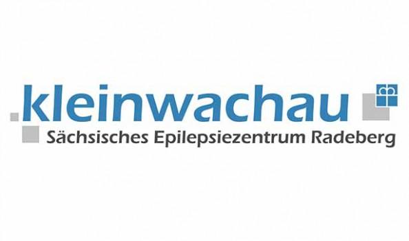Logo: in blauer Schrift steht Kleinwachau, darunter in schwarzer Schrift Sächsisches Epilepsiezentrum Radeberg, das Kronenkreuz der Diakonie ist im Logo angedeutet