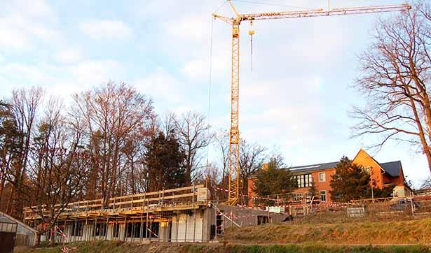 Ein großer Kran steht hinter der Baustelle