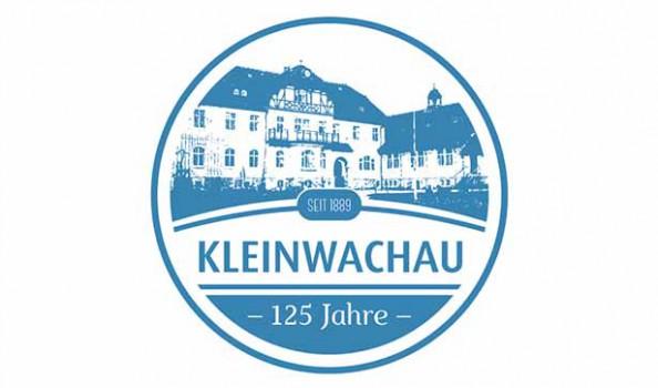 blauer Kreis mit der Aufschrift Kleinwachau, darunter 125 Jahre, im oberen Teil sieht man das Brunnenhaus und die Jahreszahl seit 1889
