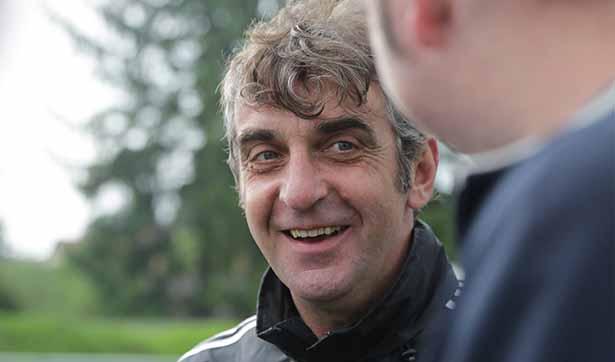 Ralf Minge hört einem Spieler des FC Kleinwachau zu