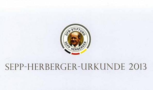 Schriftzug der Sepp-Herberger-Urkunde, darüber ist ein Foto von Sepp Herberger als älterer Mann und der Text: DFB-Stiftung Sepp Herberger