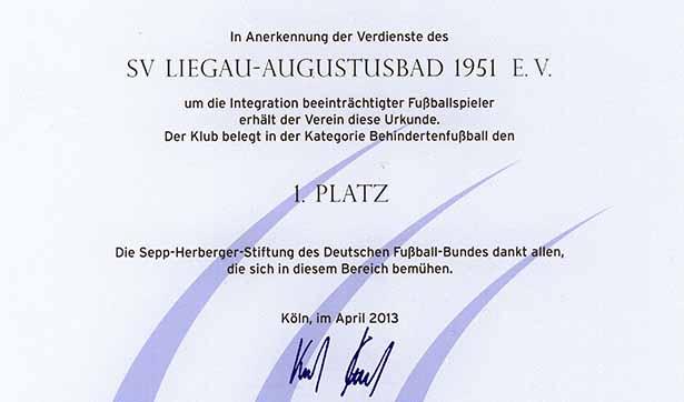 Auf der Urkunde steht: In Anerkennung der Verdienste des SV Liegau-Augustusbad 1951 e.V. um die Integration beeinträchtigter Fußballspieler erhält der Verein diese Urkunde. Der Klub belegt in der Kategorie Behindertenfußball den 1. Platz.