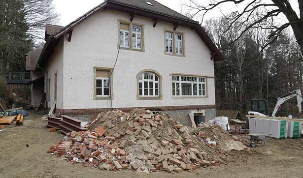 Baustelle Talhaus: Blick auf das Talhaus von außen, davor liegt ein großer Schutthaufen