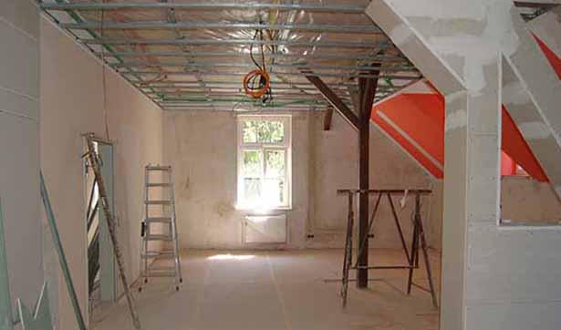 Baustelle Talhaus: Blick in den Gemeinschaftsraum, die Decke ist vorbereitet für Gipskarton, Kabel hängen von der Decke