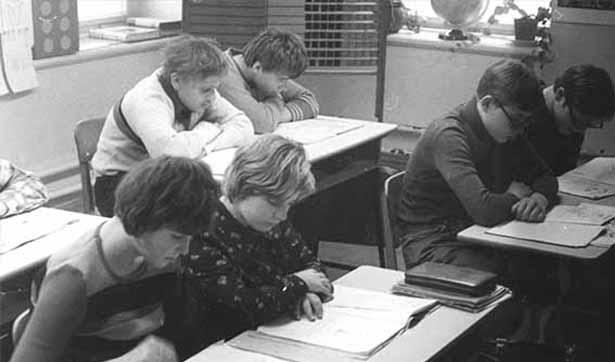 Blick in den Klassenraum, 6 Schüler lesen in Büchern