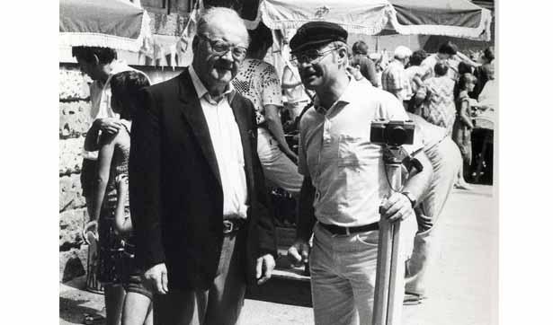 ein älterer und ein jüngerer Mann sind zu sehen