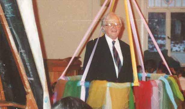 Ein älterer Mann mit Brille, Pfarrer Taut, hält eine Rede