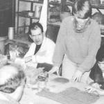 Blick in den Keramikraum. 4 Menschen arbeiten mit Ton.