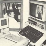 Ein Patient sitzt in einem Raum, davor steht ein Computermonitor, ein Videorekorder und ein EEG-Ableitungs Drucker