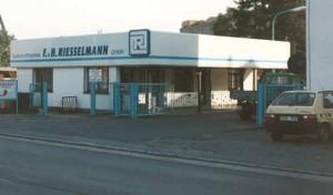 eine Werkseinfahrt, auf dem Gebäude steht Kunststofftechnik F.&H. Riesselmann GmbH