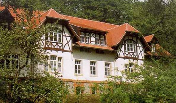 Blick auf das Talhaus mit ausgeprägten Giebeln und Dachgaupen