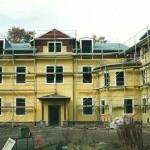 eingerüstete Gebäude, die Fassade ist bereits gelb gestrichen