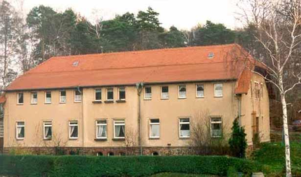 altes Waldhaus, rotes Dach, alte Fassade