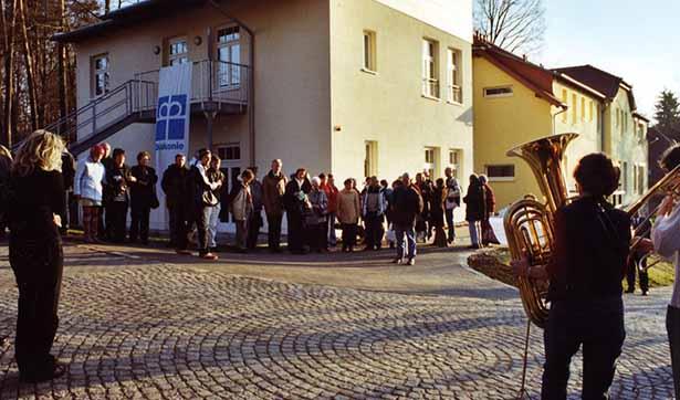 Einweihungsfeier, eine große Gruppe versammelt sich vor dem Waldhaus