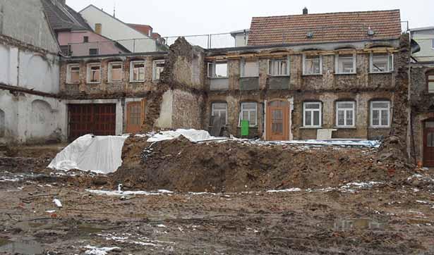 Blick auf die völlig entkernte Baustelle, nur noch die Außenmauern zur Schloßstraße hin stehen noch