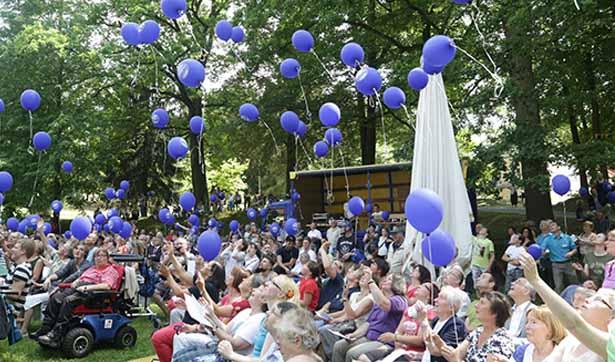 Besucher des Sommerfestes lassen viele bunte Luftballons in die Höhe steigen